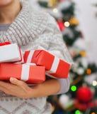 Крупный план на коробках подарка на рождество в руках женщины Стоковые Изображения RF