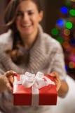 Крупный план на коробке подарка Кристмас в руках женщины Стоковые Изображения