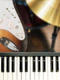 Крупный план на музыкальном инструменте клавиатуры рояля и электрической гитары Стоковое Изображение RF
