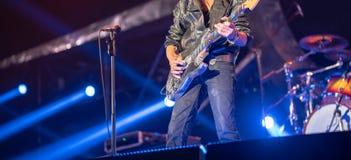 Крупный план на старой руке гитариста сольной на этапе в концерте Стоковая Фотография RF