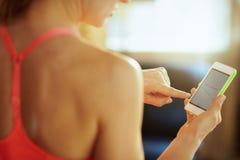 Крупный план на экране смартфона с подходящим приложением в руке подходящей женщины стоковые фотографии rf