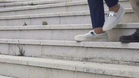 Крупный план ног идя вниз с лестниц, коллег покидая офис после трудодня сток-видео