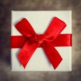 Крупный план от маленькой подарочной коробки с красной лентой Стоковое фото RF