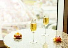 Крупный план очень вкусного торта и стекла шампанского стоковое изображение