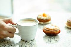 Крупный план очень вкусного торта и чашки кофе Стоковые Фото
