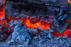 Крупный план очень горячего швырка преобразованного в embers Стоковая Фотография RF