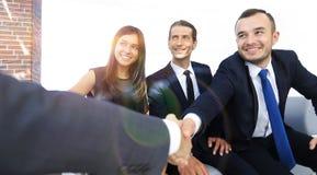 Крупный план партнеров рукопожатия дела Стоковая Фотография