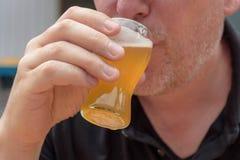 Крупный план пива человека выпивая от стекла стоковое изображение rf