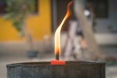 Крупный план пламени свечи в буддийском виске, blured предпосылке Стоковое фото RF