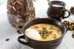 Крупный план плиты с одичалым супом гриба Стоковое Изображение
