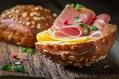 Крупный план плюшки с ветчиной и сыром для завтрака Стоковая Фотография