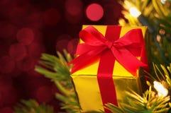 Крупный план подарка на рождественской елке. (горизонтально) Стоковое Изображение RF