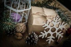 Крупный план подарка рождества и свечи рождества Стоковое Изображение RF