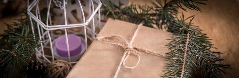 Крупный план подарка рождества и свечи рождества Стоковые Изображения RF