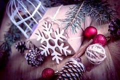 Крупный план подарка рождества и свечи рождества Стоковое Изображение