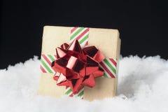 Крупный план подарочной коробки картона обернутый в striped ленте и голени Стоковое Изображение RF