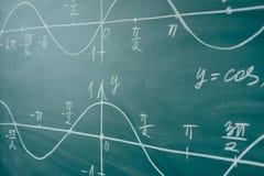 крупный план подсчитывая математику урока нумерует студента Функции синуса и косинуса Графики графиков нарисованные на доске стоковое изображение
