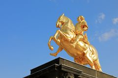 Крупный план под золотым памятником Goldener Reiter всадника Augustus сильный des Starken в августе - Saxon и польский король, d стоковое изображение