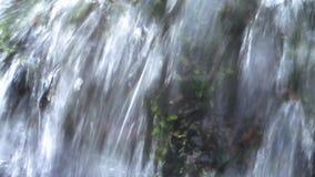 Крупный план потока воды в весеннем времени акции видеоматериалы