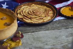 крупный план предпосылки осени красит красный цвет листьев плюща померанцовый Домодельный пирог тыквы на благодарение Стоковая Фотография