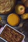 крупный план предпосылки осени красит красный цвет листьев плюща померанцовый Домодельная тыква, яблочные пироги на благодарение Стоковые Изображения RF
