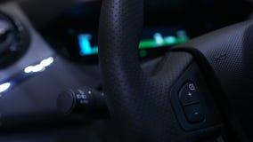 Крупный план приборной панели в электрическом автомобиле показывая обязанность батареи, вставляемую станцию акции видеоматериалы
