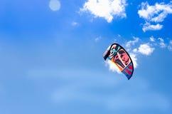 Крупный план прибоя змея летая над голубым небом Стоковые Изображения