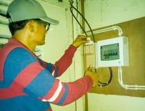 Крупный план работ электрика стоковые фото