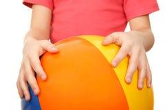 крупный план ребенка шарика большой имел руки раздувные Стоковые Изображения RF