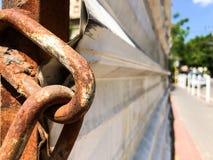 Крупный план a ржавого звена цепи Заржаветая железная цепь с связью центра в фокусе Стоковые Изображения