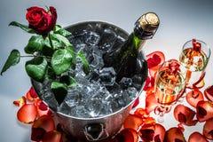 Крупный план розы и шампанского красного цвета стоковое изображение