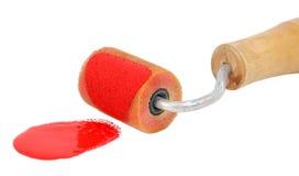 Крупный план ролика прикладывая яркую красную краску Стоковая Фотография