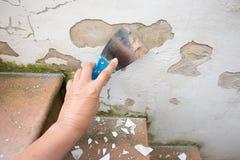 Крупный план руки женщины, выскабливая свободного finery от стены стоковые фотографии rf