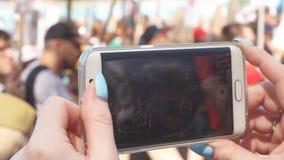 Крупный план руки женщины делая видео на мобильном телефоне во время торжества дня победы акции видеоматериалы