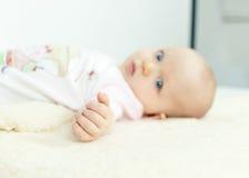 Крупный план руки малюсенького младенца Стоковое фото RF
