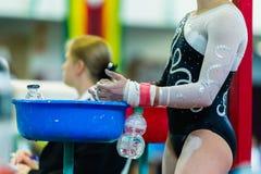 Крупный план рук девушки гимнастики беля мелом Стоковые Изображения RF