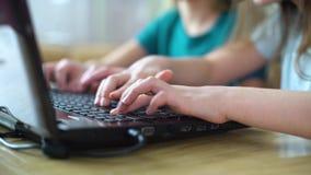 Крупный план рук детей играя онлайн компютерные игры на ноутбуке сток-видео