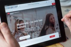 Крупный план рук женщины на домашней странице банка Societe Generale французской вебсайта на таблетке Стоковое Изображение RF