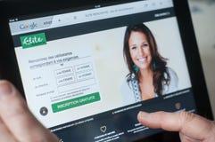 Крупный план рук женщины на домашней странице датировка элиты вебсайта на таблетке Стоковая Фотография