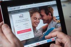 Крупный план рук женщины на домашней странице датировка Be2 вебсайта на таблетке Стоковая Фотография