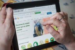 крупный план рук женщины на домашней странице Ebay вебсайта на таблетке Стоковые Изображения RF