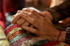 Крупный план рук молодой женщины, рук отдыхая в ее подоле Стоковое фото RF