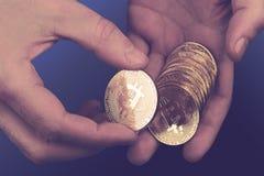Крупный план рук подсчитывая bitcoins Стоковые Изображения RF