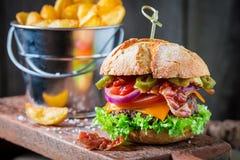 Крупный план свежего бургера с луком, томатом и салатом Стоковые Фотографии RF