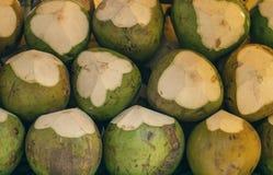 Крупный план свежего кокоса на таблице на рынке Стоковое Изображение RF