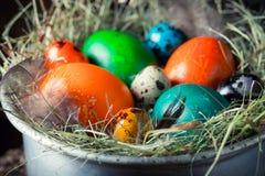 Крупный план свежих красочных яичек для пасхи на сене Стоковые Изображения RF