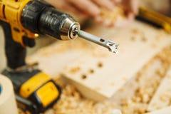 Крупный план сверла деревянной расточкой электрической аппаратуры для drillling деревянные поверхности Стоковые Фото
