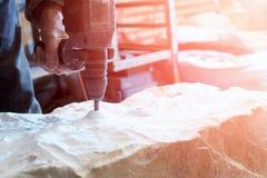Крупный план сверлить с сверлом мраморного блока стоковые фото