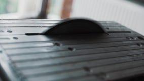 Крупный план серой металлической таблицы с работая круглой пилой в комнате дневного света акции видеоматериалы