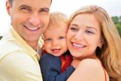 крупный план смотрит на усмехаться семьи Стоковое фото RF